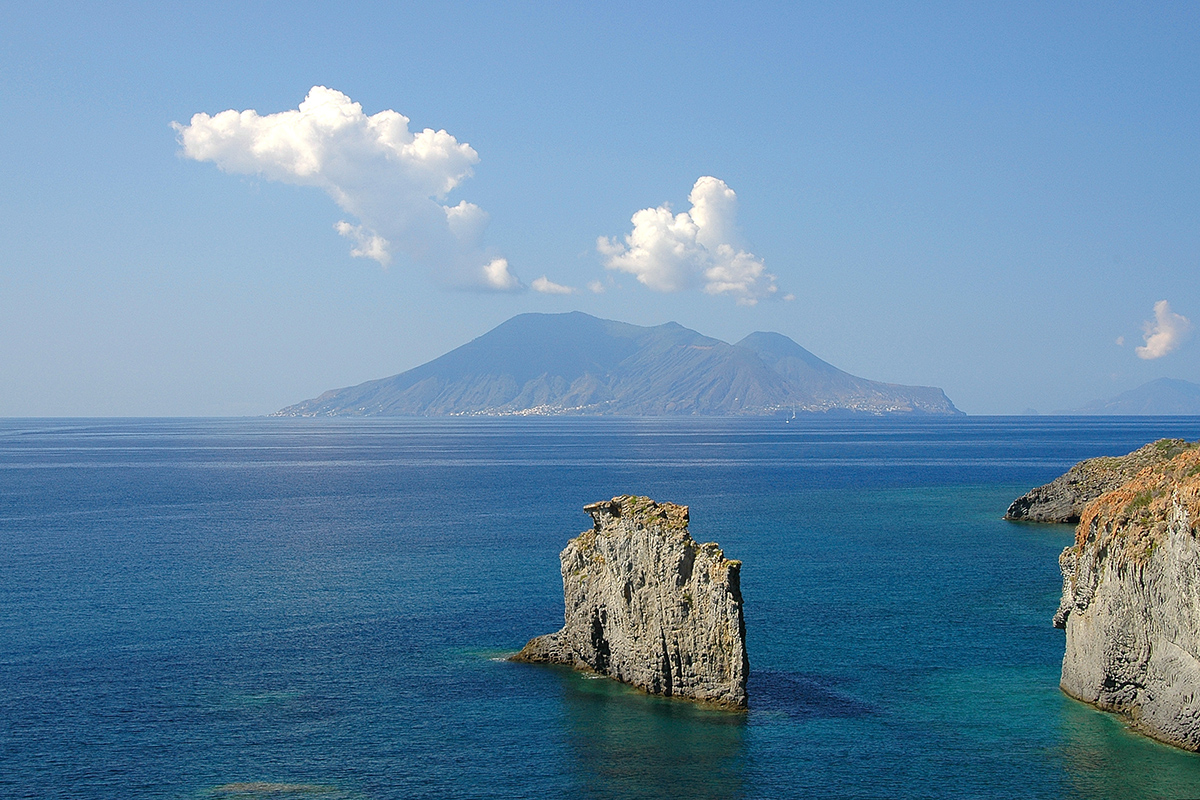Die Vulkaninsel Stromboli in Italien, aktiver Vulkan